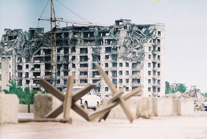 Разрушенный жилой дом, на месте которого впоследствии построен высотный комплекс «Грозный-Сити», 2006 год
