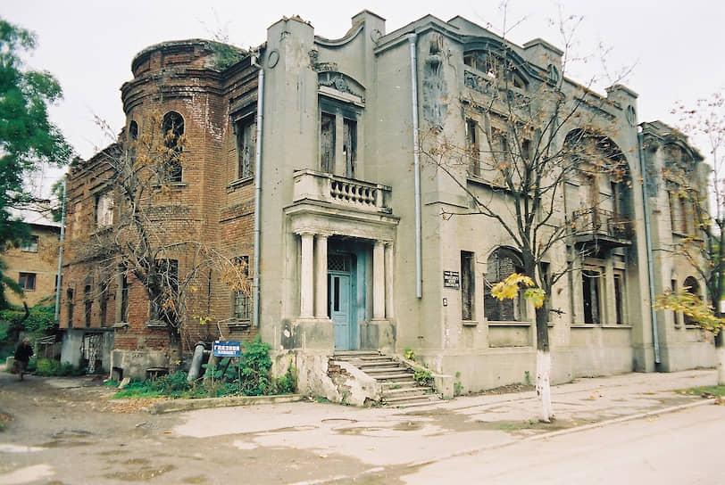 Здание Института гуманитарных наук на улице Красных Фронтовиков, 1998 год