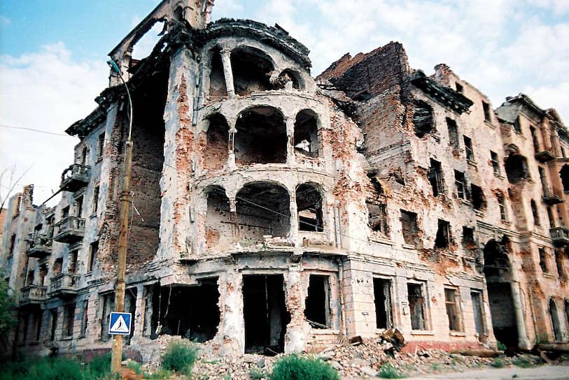 Разрушенный дом на пересечении улиц Мира и Красных Фронтовиков, 1997 год