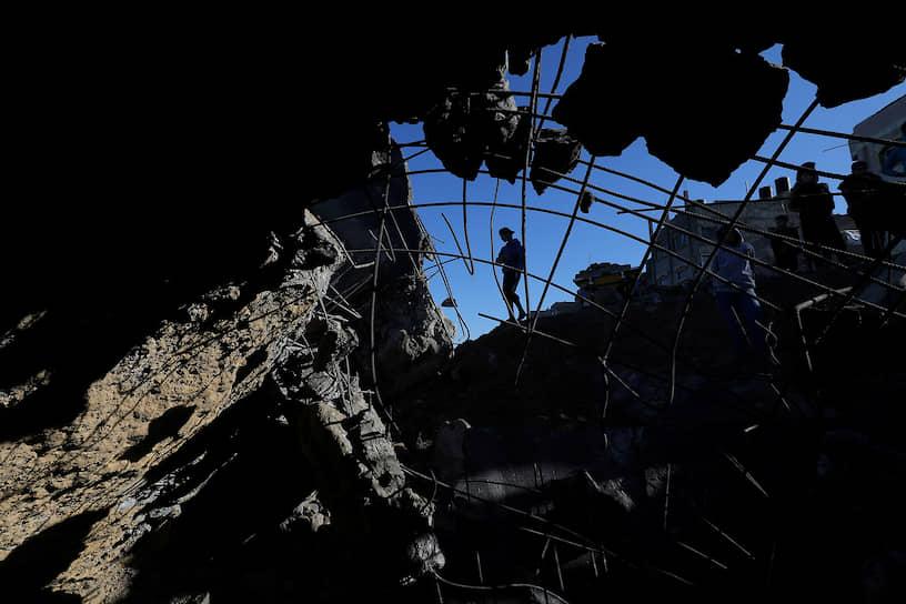 Газа, Палестина. Жители осматривают место израильского авиаудара