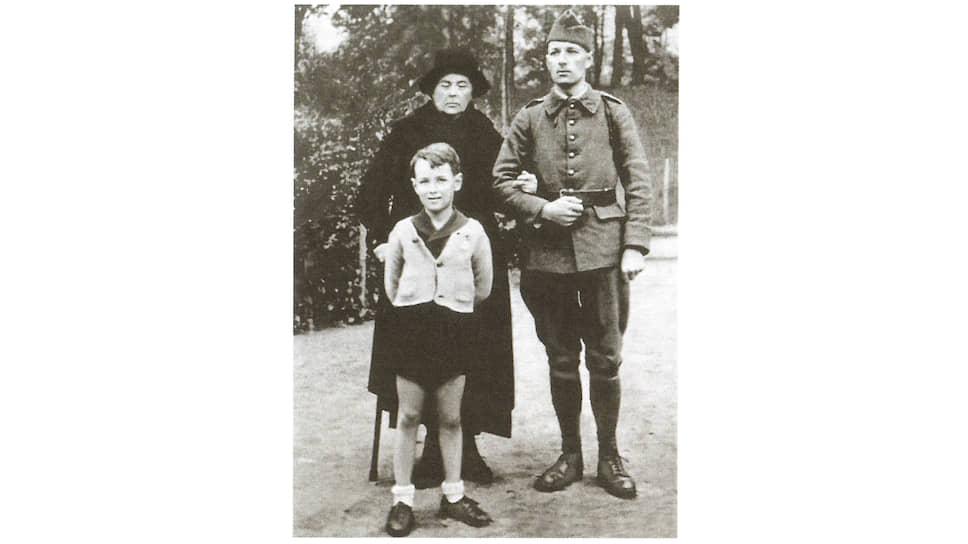 Софья Колчак (Омирова) с сыном Ростиславом и внуком Александром