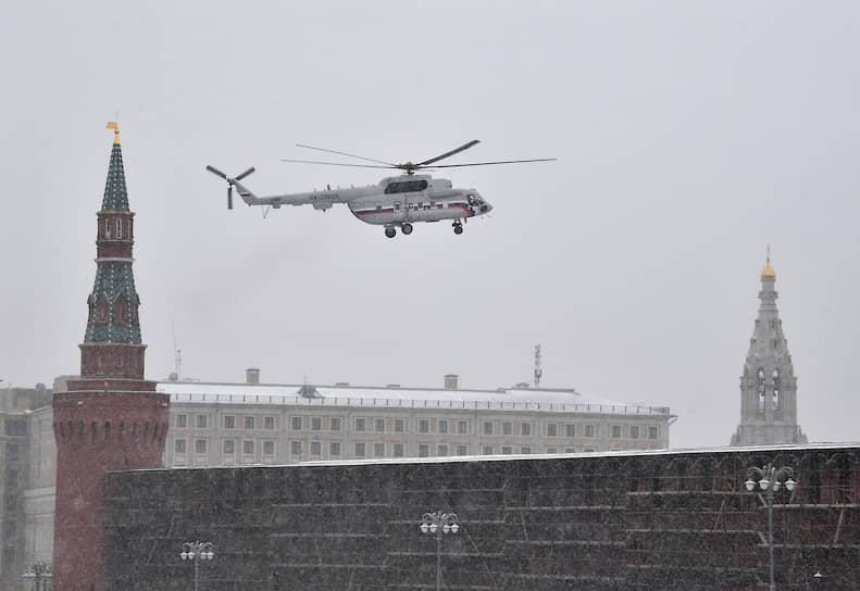 Москва. Вертолет в небе над Кремлем