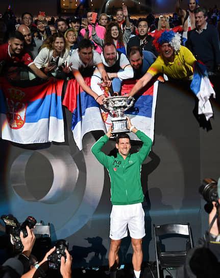 Мельбурн, Австралия. Сербский теннисист Новак Джокович во время награждения по итогам финального матча Australian Open