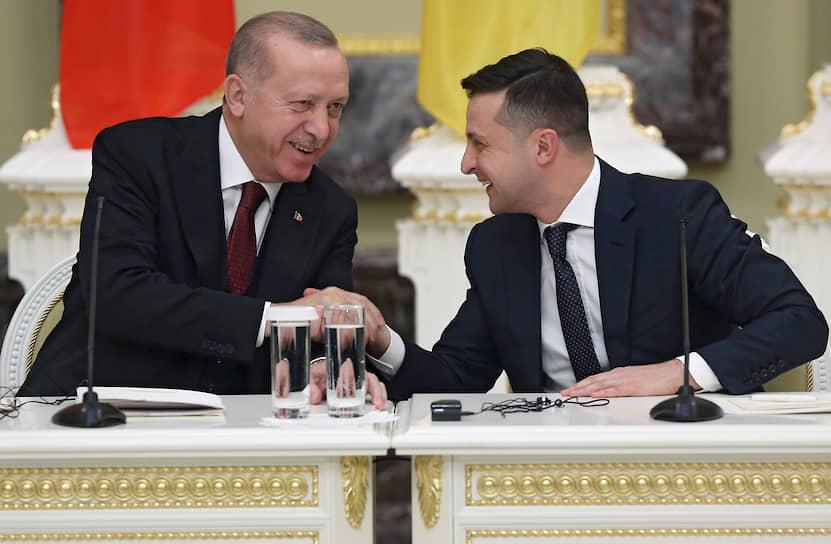 Киев, Украина. Президент Турции Реджеп Тайип Эрдоган (слева) и президент Украины Владимир Зеленский во время пресс-конференции