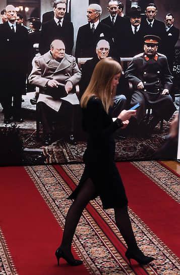 Москва. Девушка идет в здании Госдумы на фоне фотографии участников Ялтинской конференции 1945 года