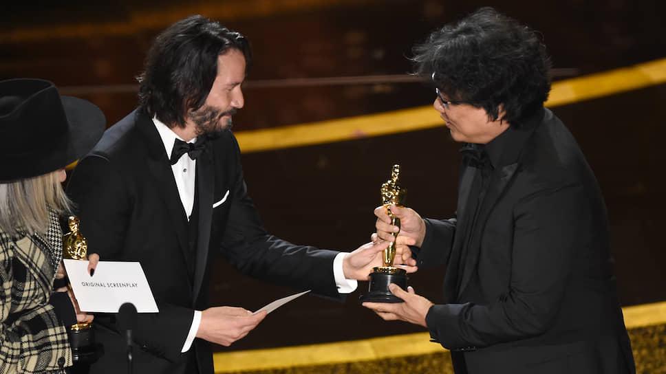 Актеры Дайан Китон и Киану Ривз вручают «Оскар» режиссёру Пон Чун Хо за лучший оригинальный сценарий к фильму «Паразиты»