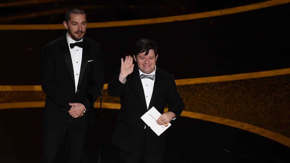 Актеры Шайя ЛаБаф и Зак Готтзаген вручают премию в номинации «Лучший короткометражный игровой фильм»