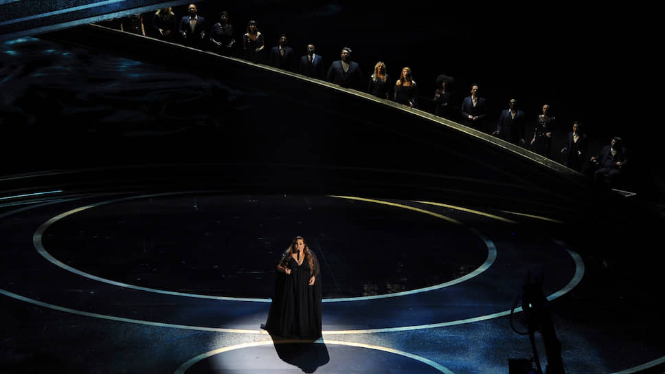Актриса и певица Крисси Метц исполняет номинированную на «Оскар» песню «I'm Standing with You»