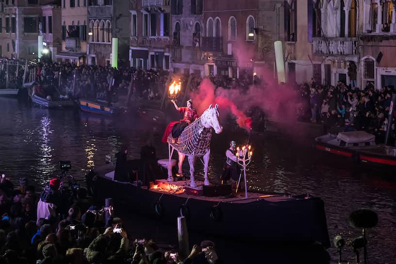 На городских площадях проводятся концерты, устраиваются фейерверки, выступают музыканты, мимы, жонглеры и акробаты