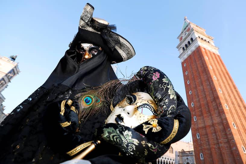Первые ряженые собрались на площади Сан-Марко в Венеции. Дамы в исторических платьях и масках в сопровождении кавалеров съезжаются сюда со всей Италии и из других стран