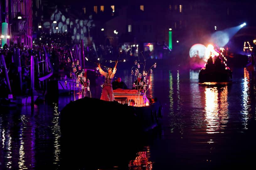 Венецианский карнавал открылся театрализованным парадом вдоль берегов канала Каннареджо, который соединяет Гранд-канал и водный бассейн венецианской лагуны