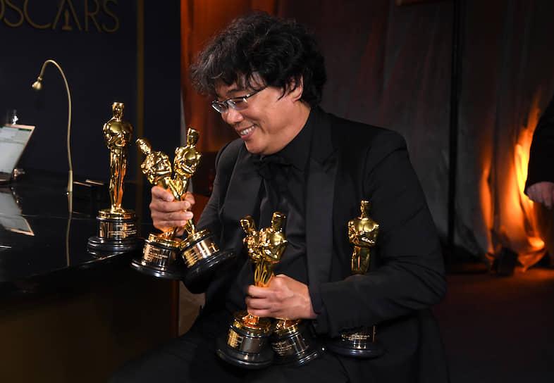 Режиссер Пон Чун Хо и награды за лучшие оригинальный сценарий, международный фильм, фильм и лучшему режиссеру