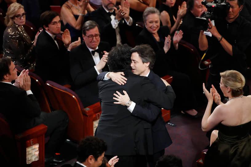 Режиссер Ноа Баумбах (справа) поздравляет Пон Чун Хо, победившего в номинации «Лучший оригинальный сценарий» с фильмом «Паразиты»