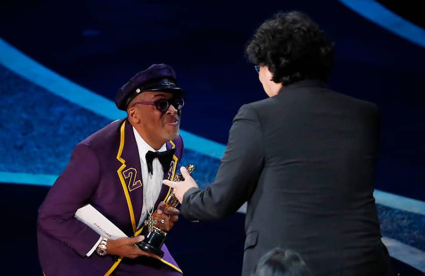 """Спайк Ли (слева) вручает «Оскар» за победу в номинации """"Лучший режиссер"""" Пон Чун Хо"""