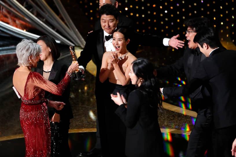 Продюсер «Паразитов» Квак Син Э и режиссер Пон Чун Хо получают «Оскар» за лучший фильм