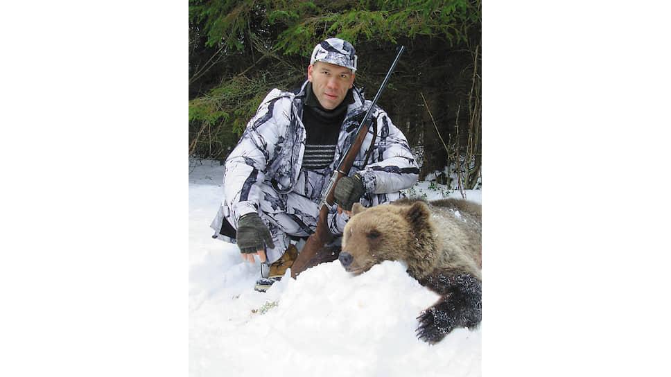 Николай Валуев с убитым медведем на охоте