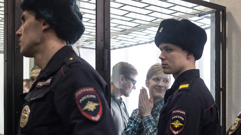 Максим Кульков (второй справа) и Дмитрий Пчелинцев (в центре)