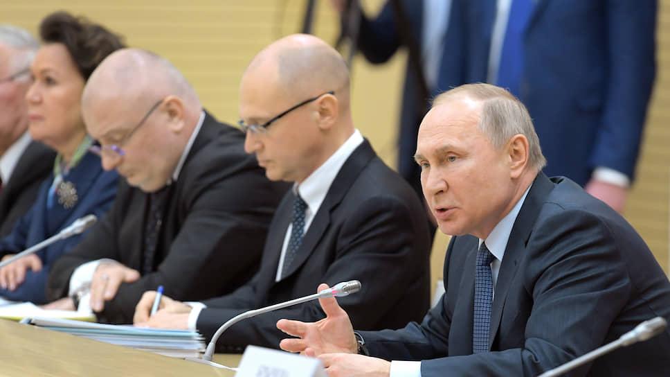 Слева направо: сенатор Андрей Клишас, первый заместитель главы администрации президента России Сергей Кириенко, президент России Владимир Путин