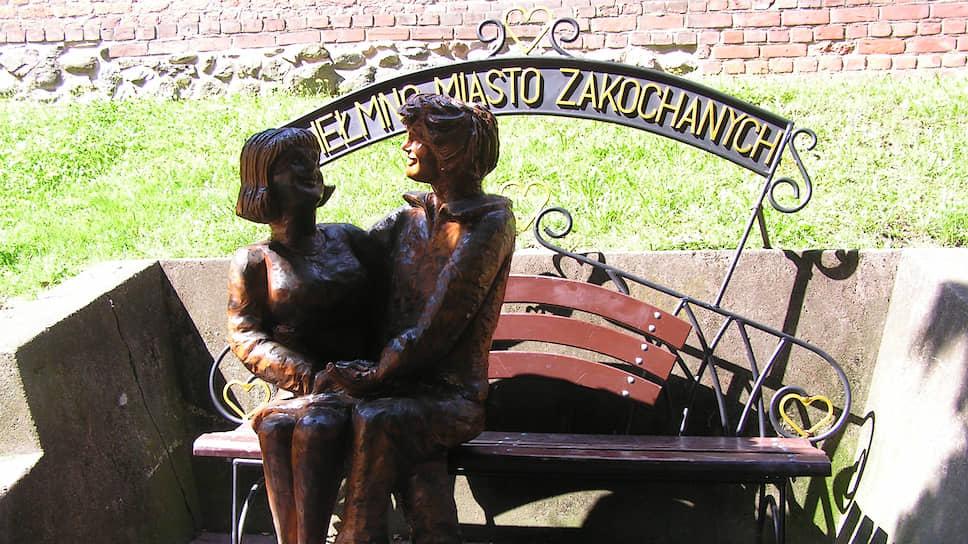 Слова старинного советского поэта «Любовь не вздохи на скамейке» в Хелмно вряд ли сочтут справедливыми
