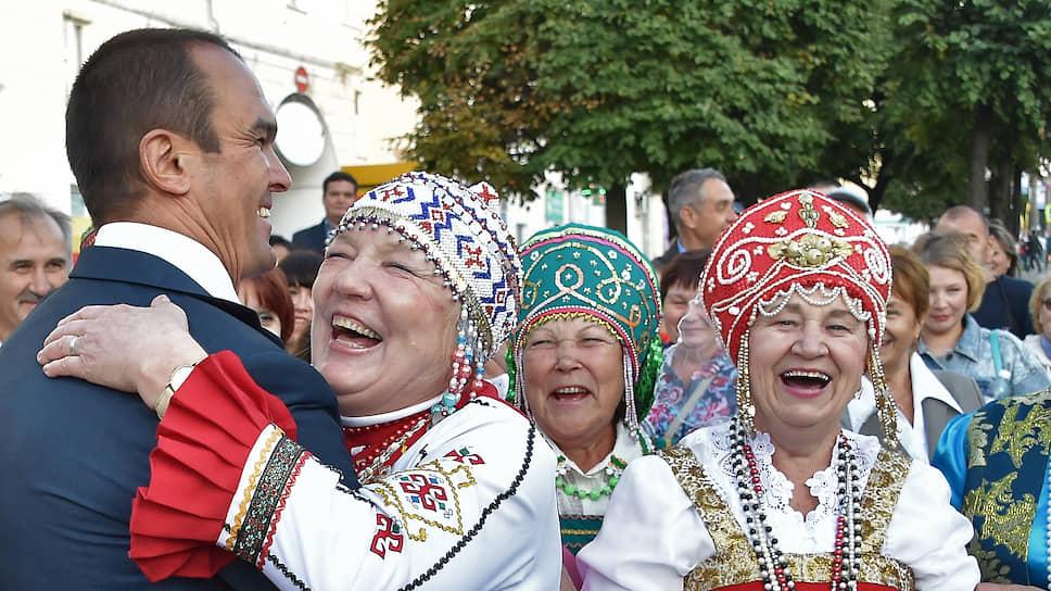 Бывший глава республики Чувашия Михаил Игнатьев во время встречи с жителями в августе 2015 года