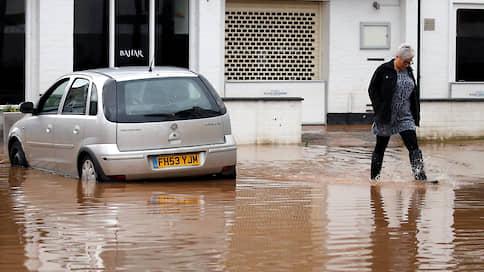 «Деннис» наводнил Великобританию // На запад Англии и Уэльс обрушился шторм