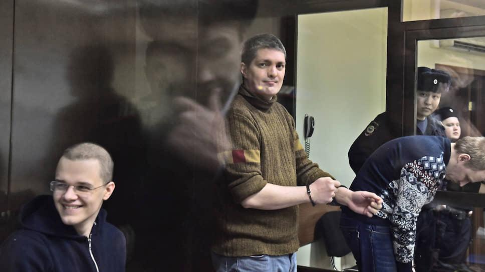Обвиняемые по делу «Нового величия» Вячеслав Крюков (слева) и Петр Карамзин (в центре)
