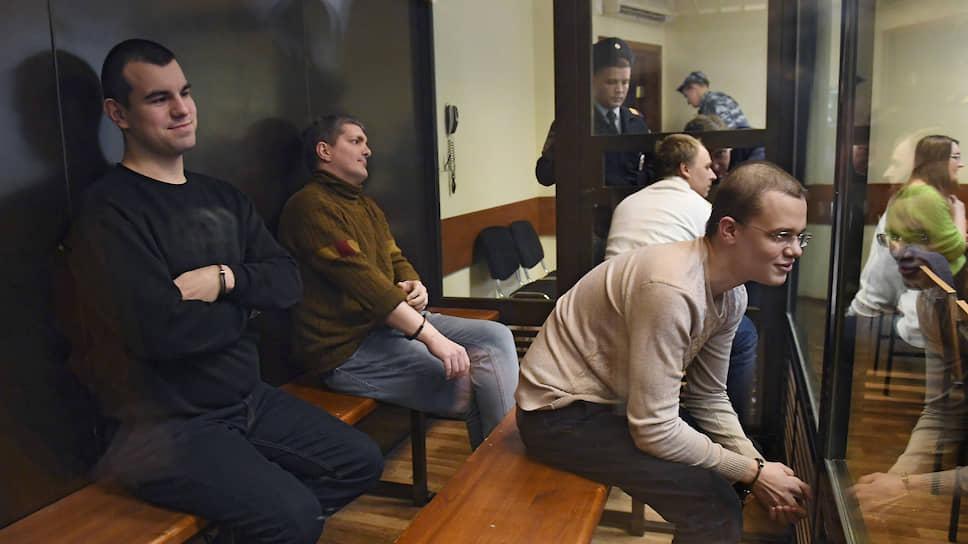 Обвиняемые по делу движения «Новое величие» Вячеслав Крюков (справа), Руслан Костыленков (слева) и Петр Карамзин (второй слева)