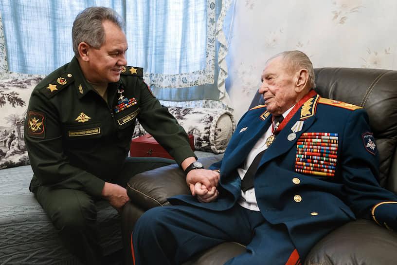 Дмитрий Язов был последним из военачальников, кому присвоили звание маршала Советского Союза. В числе почетных наград он был удостоен орденами Красной Звезды (1945), Красного Знамени (1963), двумя орденами Ленина (1971, 1981), орденами «За заслуги перед Отечеством» III и IV степеней (2020, 2009)