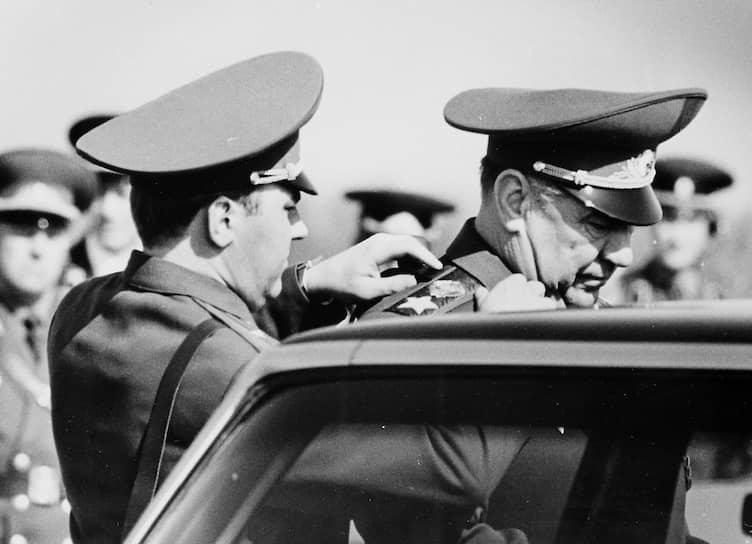 В 1961 году был назначен командующим 400-м мотострелковым полком 63-й гвардейской стрелковой дивизии, который во время Карибского кризиса в 1962-1963 годах был переброшен на Кубу для отражения возможного вторжения войск США
