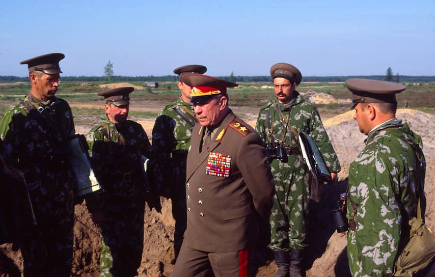 С 1967 по 1974 год командовал войсками в Забайкальском военном округе, Крыму, Азербайджанской ССР. С 1976 по 1979 год был первым заместителем командующего войсками Дальневосточного военного округа. В 1979-1980 годах командовал Центральной группой советских войск в Чехословакии