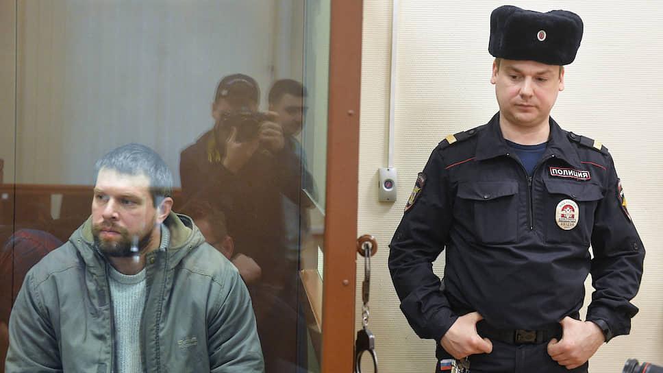 Бывший сотрудник УВД по Западному административному округу Москвы Денис Коновалов (слева)