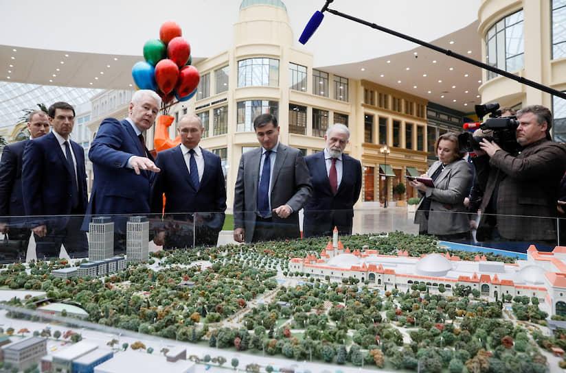 Мэр Москвы Сергей Собянин показывает Владимиру Путину макет парка