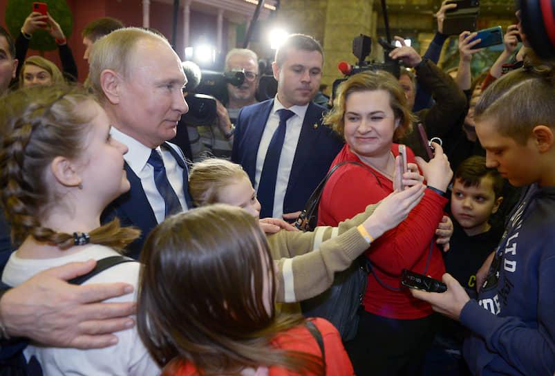Дети фотографируются с Владимиром Путиным по время посещения парка