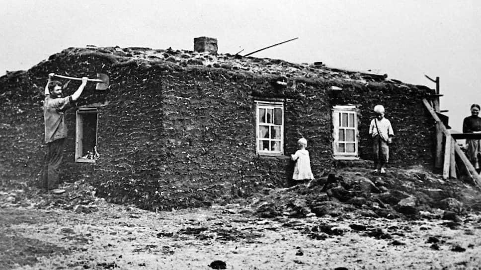 Вольные строители флагманов индустрии жили в земляных домах. Невольные — в вырытых в земле и крытых кое-как траншеях