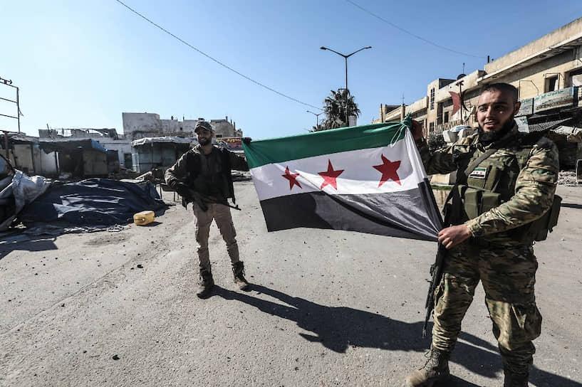 Ранее 27 февраля сирийская вооруженная оппозиция при поддержке турецких военных отбила город Саракиб, расположенный на пересечении двух стратегически важных трасс М4 и М5 в провинции Идлиб<br> На фото: бойцы сирийской оппозиции после взятия Саракиба