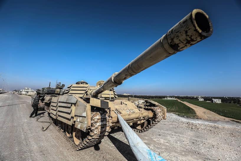 28 февраля на совещании национального Совбеза Турция приняла решение считать лояльные президенту Сирии Башару Асаду силы «вражескими целями»<br> На фото: патрулирование окрестностей Саракиба оппозиционными силами, которых поддерживают турецкие войска