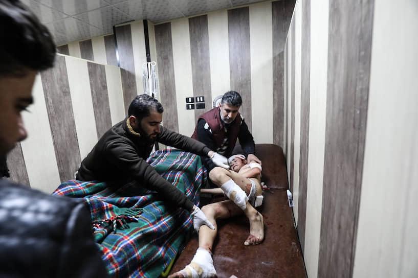 Сразу после заседания турецкая армия открыла огонь по позициям сирийских проправительственных сил<br> На фото: пострадавший во время в одной из атак мальчик в госпитале в Идлибе