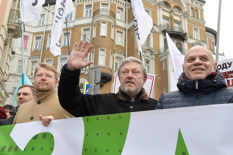 Николай Рыбаков (слева), Григорий Явлинский (в центре) и Евгений Бунимович на марше в Москве