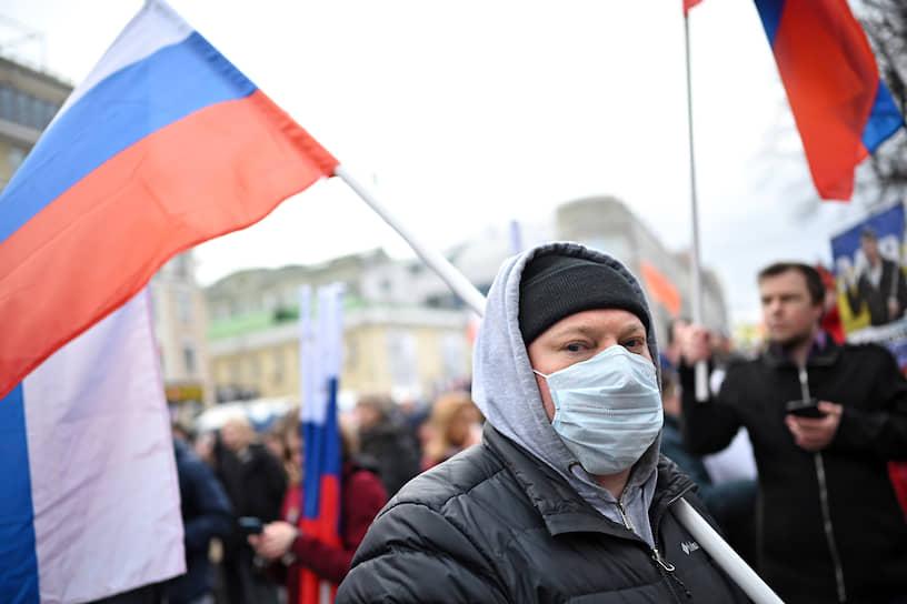 В Москве из полицейской машины на марше звучало: «Участники публичных мероприятий не вправе скрывать своё лицо, в том числе использовать маски. Просим соблюдать законодательство»