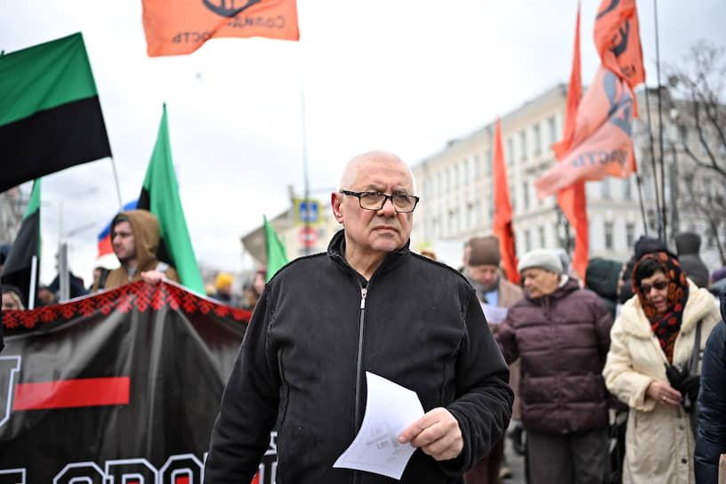 Политолог Глеб Павловский (в центре) во время марша в Москве