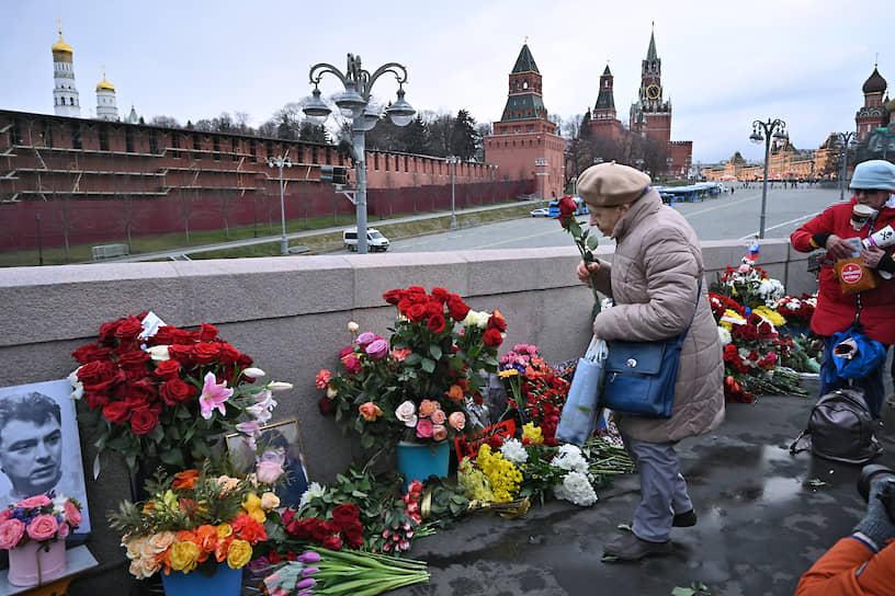 Мемориал на Большом Москворецком мосту в Москве — именно здесь пять лет назад был убит политик