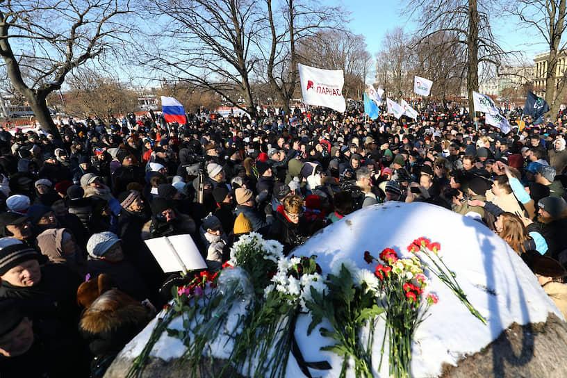 Участники митинга в Санкт-Петербурге около Соловецкого камня
