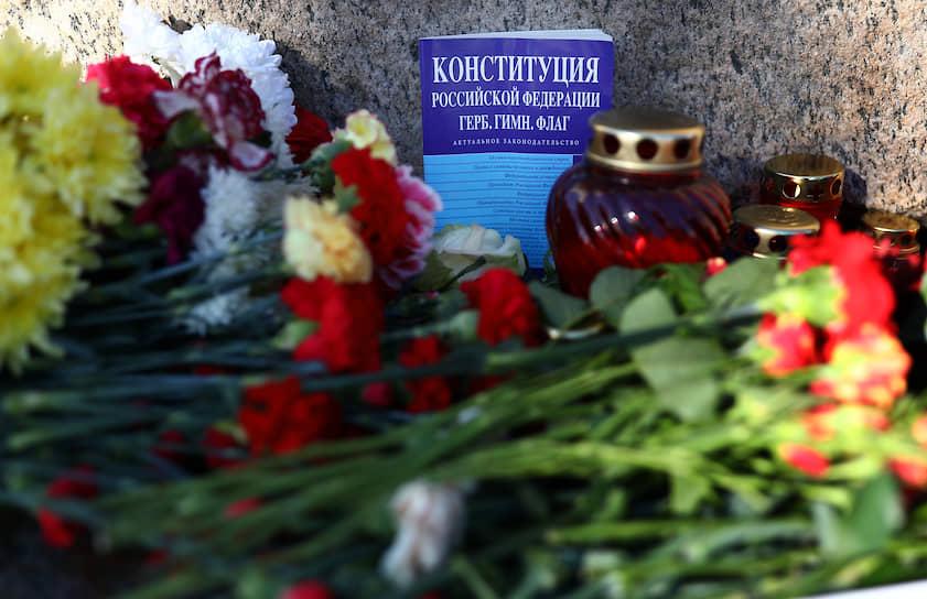 Конституция среди цветов и поминальных свечей у Соловецкого камня