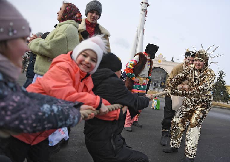 Народные гуляния на ВДНХ в Москве