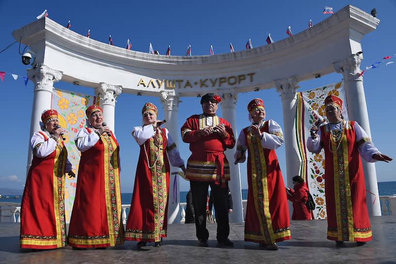 Празднование Масленицы на набережной Черного моря в Алуште
