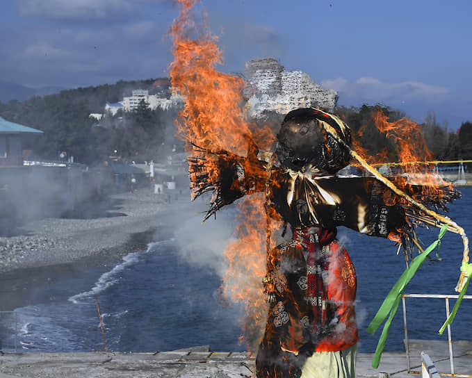Сжигание чучела Масленицы на берегу Черного моря в Алуште