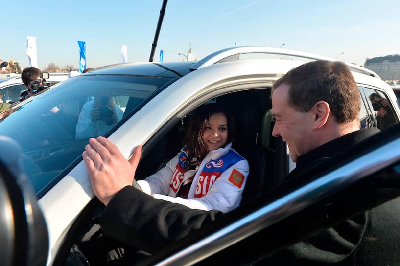 Всех российских спортсменов-призеров после Олимпиады поздравил премьер Дмитрий Медведев, вручив им ключи от машин. В общей сложности автомобили Mercedes разных классов получили 44 олимпийца, в том числе Аделина Сотникова