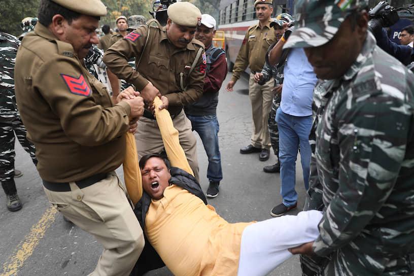 Нью-Дели, Индия. Полицейские задерживают протестующих