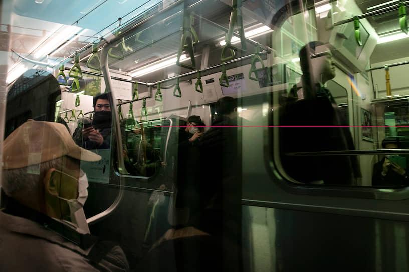 Токио, Япония. Люди в вагоне метро