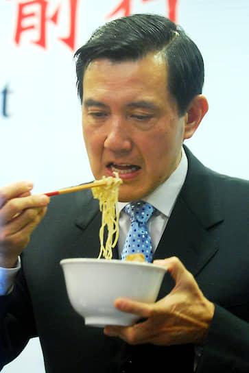 Средняя цена на лапшу быстрого приготовления в мире составляет 13 американских центов<br>На фото: бывший президент Тайваня Ма Инцзю